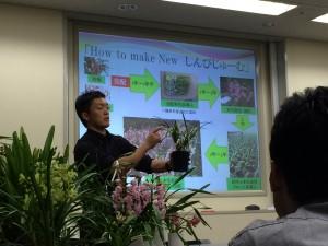 講師の石田さんが鉢を持って説明している写真です。